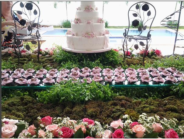 festa jardim dos ursos:Um grande urso coberto de rosas estava em destaque, assim como o bolo