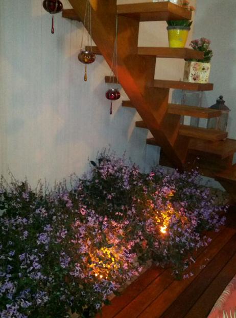 escada e flores